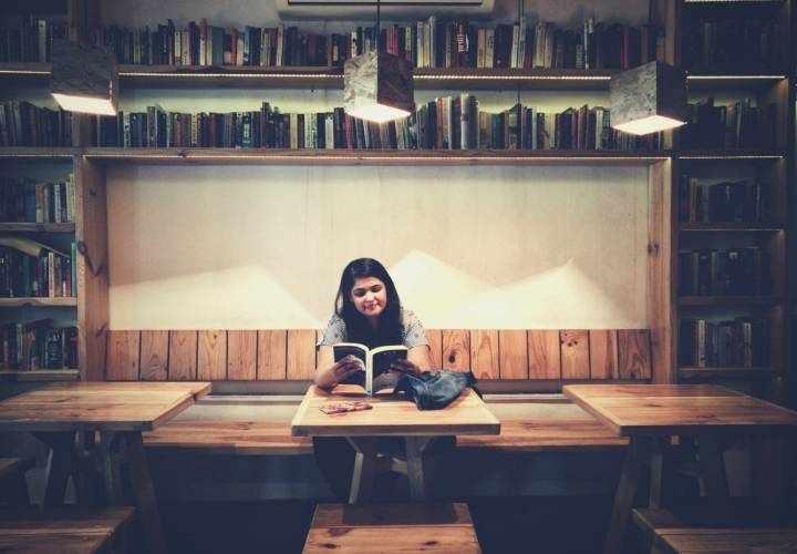 женщина среди книг